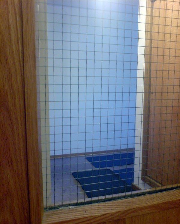 стекло с железной решеткой внутри